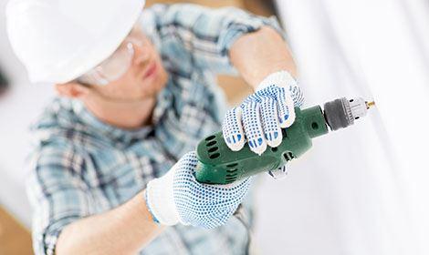 Installatiewerk met boormachine