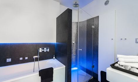 Moderne, strakke badkamer met blauw licht.